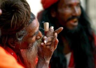 sadhu-fumando