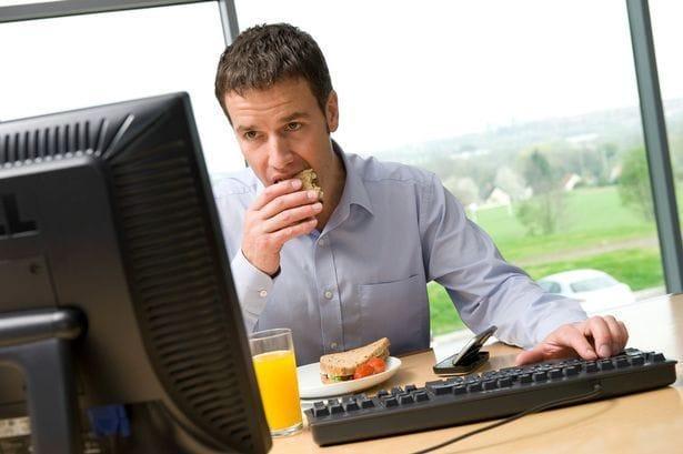 comer-conectado-al-ordenador